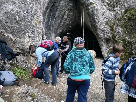 Przygotowania do wspinaczki skałkowej z naszymi instruktorami i zwiedzania Jaskini Nietoperzowej - czeka na nas drabinka, wędka i zjazd tyrolką! :)
