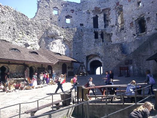 Zamek w Ogrodzieńcu - nie ma to jak kupić sobie miecz, tarczę, topór czy łuk i być jak prawdziwy rycerz!